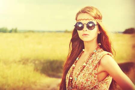 mujer hippie: Chica hippie romántica de pie en un campo Foto de archivo