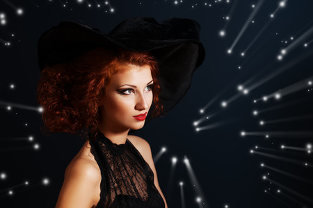 red hair woman: Portrait of an enchanting witch woman, beautiful and glamorous. Halloween.