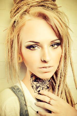 modern generation: Retrato de un adolescente moderno con rastas moda. Generaci�n moderna.