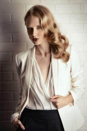 labios sensuales: Moda foto de una mujer rubia glamorosa. Mujer de negocios exitosa.