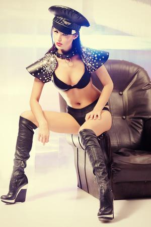 sexuel: Superbe sexuelle fille de police posant au studio.