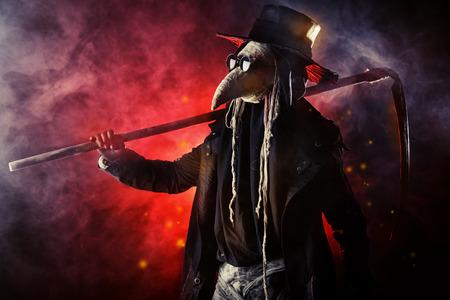 guadaña: Retrato de un doctor de la plaga horrible con una guadaña. Europa medieval. Halloween.