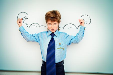 Kluger Junge steht an der Tafel in einem Klassenzimmer die Macht des Wissens zum Ausdruck. Bildungskonzept. Kopie Raum. Standard-Bild