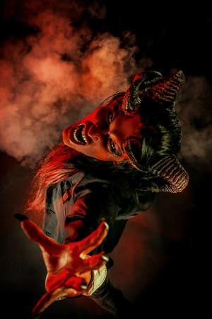 Portret van een duivel met hoorns. Fantasie. Kunstproject.