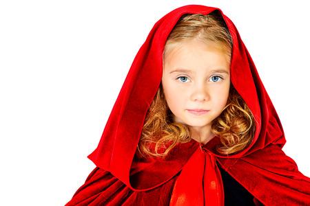 caperucita roja: Hermosa niña en un impermeable rojo con una capucha. Caperucita roja. Aislado en blanco.