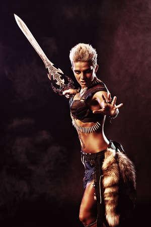 romano: Retrato de una hermosa mujer guerrera en la batalla. Antigüedad. Amazon.