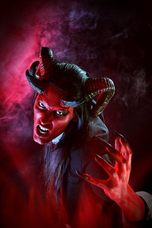 maquillaje de fantasia: Retrato de un diablo con cuernos. Fantasía. Proyecto de arte.