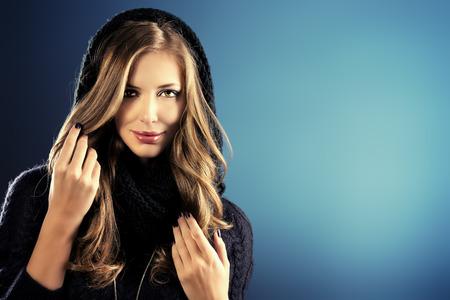 cabello largo y hermoso: Retrato de mujer joven con el pelo largo hermosa que lleva c�lido su�ter negro.