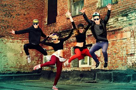 dancer: Danseurs modernes qui dansent dans la rue. Mode de vie urbain. Génération hip-hop. Banque d'images