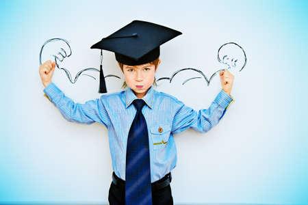 스마트 소년은 지식의 힘을 표현하는 교실에서 화이트 보드에 의해 스탠드. 교육 개념입니다. 공간을 복사합니다. 스톡 콘텐츠