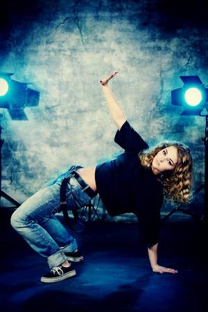 baile hip hop: Moderno bailarina de hip-hop sobre el fondo del grunge.