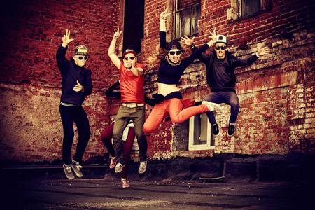 baile hip hop: Bailarines modernos bailando en la calle. Forma de vida urbana. Generación del hip-hop. Foto de archivo