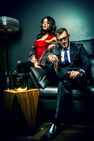 parejas sensuales: Magn�fica hermosa pareja en vestidos de noche elegantes en un interior cl�sico. Moda, glamour.