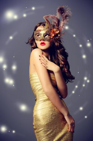 antifaz de carnaval: Retrato de una mujer joven hermosa en una máscara de carnaval. Vendimia