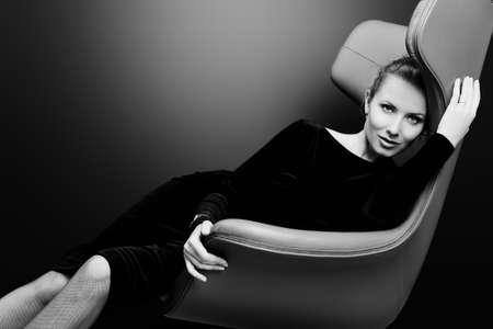 elegant: Portrait d'un modèle à la mode superbe assis sur une chaise de style Art Nouveau. Affaires, femme d'affaires élégante. Intérieur, meubles.