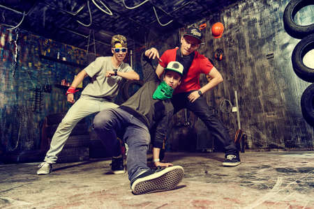 gente che balla: Ballerini moderni che ballano in garage. Stile di vita urbano. Generazione Hip-hop.