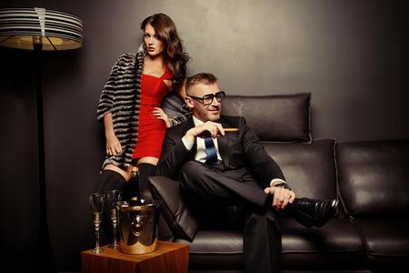 patron: Magnífica hermosa pareja en vestidos de noche elegantes en un interior clásico Foto de archivo