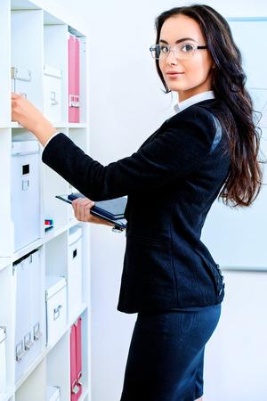 jornada de trabajo: Hermosa sonrisa de negocios durante la jornada de trabajo en la oficina.