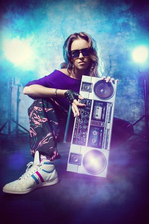 flauta dulce: Retrato de una chica moderna con grabadora de cinta sobre el fondo del grunge. Estilo urbano de la calle.