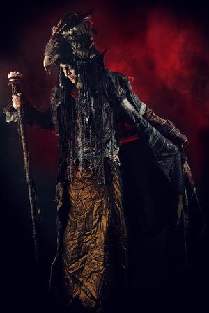 ethnic dress: Ritratto integrale di uno sciamano di sesso maschile in abito etnico, circondato dalla nebbia. Concetto Fantasia, magia.