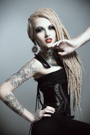 tatouage sexy: Superbe fille sexy avec maquillage noir et de longues dreadlocks. Style gothique. Mode. Cosmétiques, coiffure. Tattoo. Banque d'images