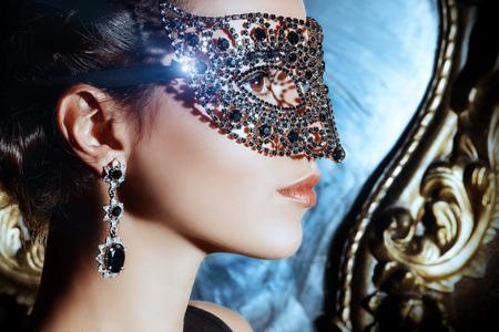mascaras de carnaval: Close-up retrato de una bella mujer en la máscara veneciana. Carnaval, mascarada. Joyería, piedras preciosas.
