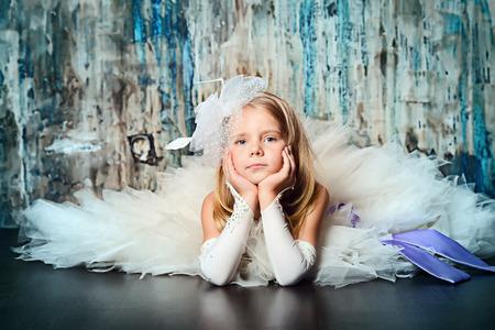 ni�as peque�as: Retrato del arte de un bonito vestido de princesa de la muchacha que lleva. Disparo de moda. Ni�ez.