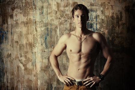 topless: Beau jeune homme avec un beau corps muscl�. La beaut� des hommes, les soins de sant�.