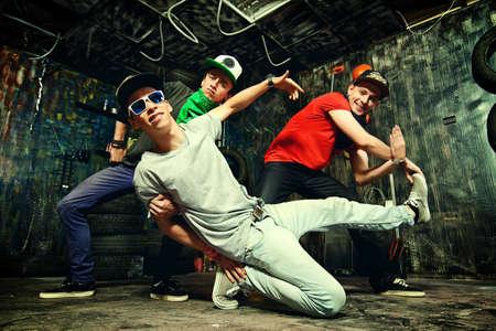 baile hip hop: Bailarines modernos bailando en el garaje. Forma de vida urbana. Generación del hip-hop. Foto de archivo