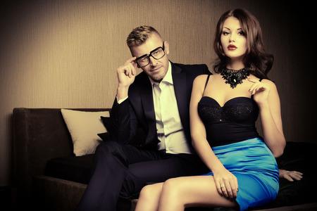donna ricca: Bella bellissima coppia in eleganti abiti da sera in un interno classico. Moda, glamour.