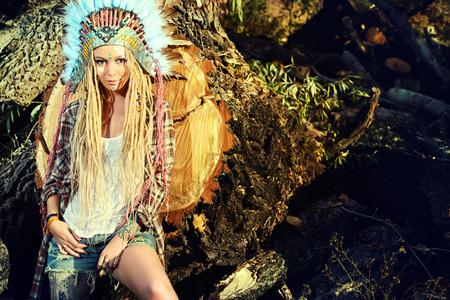 fille indienne: Attractive fille moderne dans le style des Indiens d'Amérique. Style occidental. La mode Jeans. Tattoo.