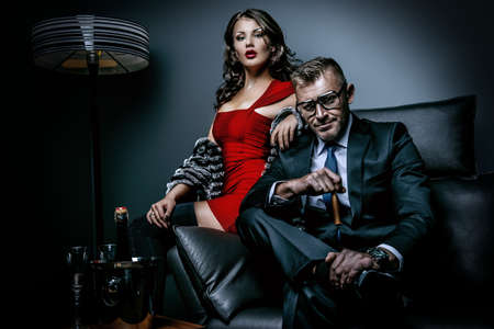 金持ち: 古典的なインテリアでエレガントなイブニング ドレスの美しい豪華なカップル。ファッション、グラマー。