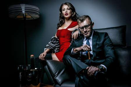 Mooie prachtige paar in elegante avondjurken in een klassiek interieur. Mode, glamour. Stockfoto