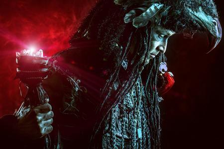 Portrét mužského šaman v etnické oblečení obklopen mlhou. Fantasy koncepce, magie.
