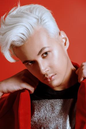 uomo rosso: Close-up ritratto di una bellissima giovane con i capelli biondi. Bellezza maschile, la moda. Archivio Fotografico