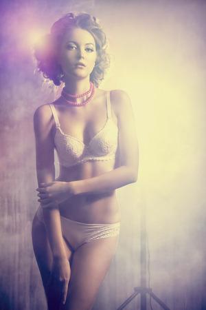cuerpos desnudos: Hermosa mujer delgada joven de fascinaci�n en ropa interior sexual.