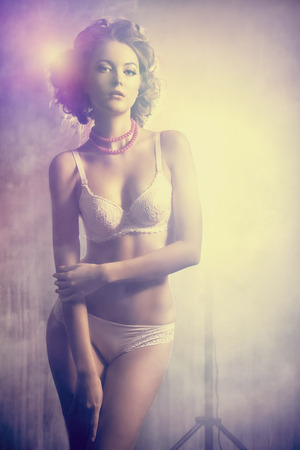 sexy nackte frau: Sch�ne schlanke junge Frau verf�hrerisch in sexuelle Dessous. Lizenzfreie Bilder