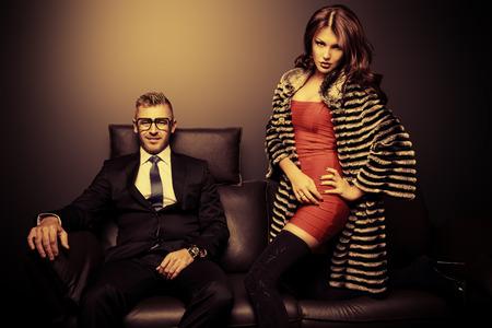 chica sexy: Magn�fica hermosa pareja en vestidos de noche elegantes en un interior cl�sico. Moda, glamour.