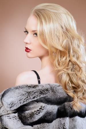manteau de fourrure: Mode prise de vue d'une belle jeune femme portant un manteau de fourrure. Studio, coup.