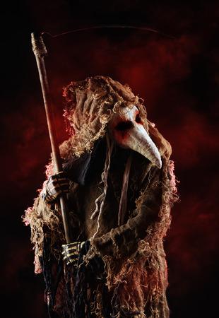 plaga: Retrato de un doctor de la plaga horrible con una guada�a. Europa Medieval. Horror. Halloween.