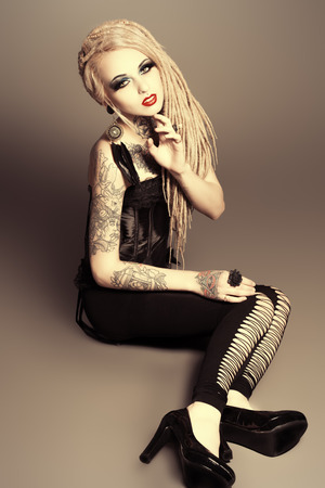 tatouage sexy: Pleine longueur portrait d'une jeune fille sexy magnifique avec maquillage noir et de longues dreadlocks. Style gothique. Mode. Cosmétiques, coiffure. Tattoo. Banque d'images