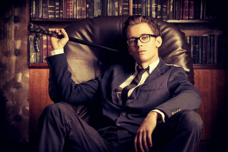 beau mec: Respectable bel homme dans son bureau. Style vintage classique.