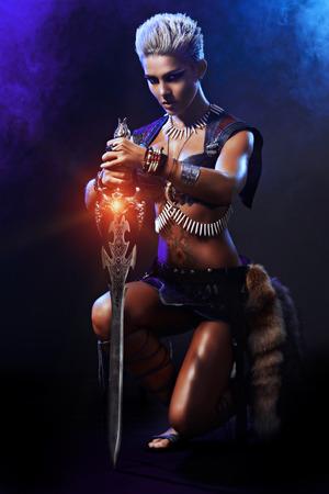 guerrero: Retrato de una bella mujer guerrera en la batalla. La antig�edad. Amazon. Foto de archivo