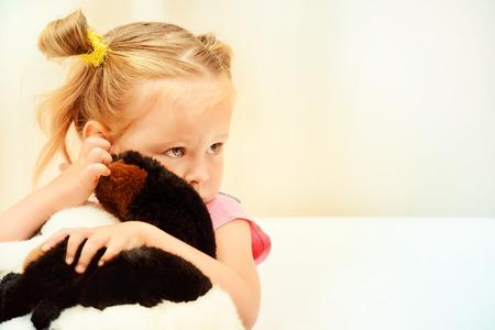 petite fille triste: Sad little girl, étreindre son jouet.