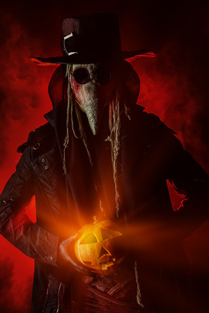 plaga: Aterrador doctor de la plaga se encuentra con una calabaza. Europa Medieval. Halloween.