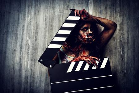 loup garou: Le tournage d'un film d'horreur. Zombie femme tenant Clapper Board. Cin�matographie. Halloween. Banque d'images