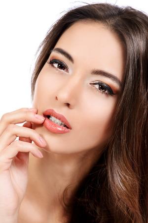 labios sensuales: Mujer sensual hermosa que toca sus labios. Belleza y cuidado de la piel concepto. Spa. Aislado en blanco.