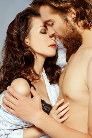sexo pareja joven: J�venes hermosas en el amor tiernamente abrazando. Concepto del amor. Foto de archivo