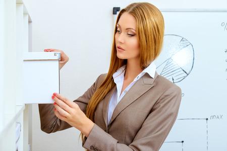 jornada de trabajo: Hermosa mujer de negocios durante la jornada de trabajo en la oficina