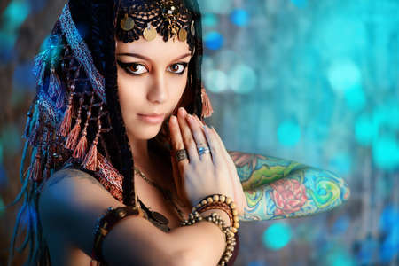 bailarina: Close-up retrato de una magn�fica bailarina tradicional. Danza etnia. La danza del vientre. Baile tribal. Maquillaje, cosm�ticos.